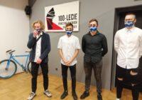 Sportowcy ustawieni w rządku w maskach