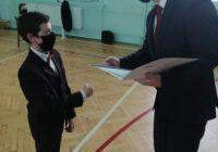 Prezydent wręcza dyplom