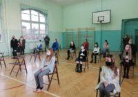 Sala gimnastyczna z uczniami