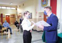 Prezydent wręcza dyplom uczennicy