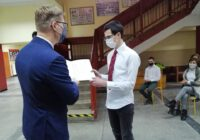 Prezydent wręcza dyplom uczniowi