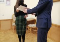 Prezydent wręcza dyplom studentce
