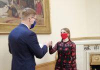 Prezydent przybija żółwia studentce