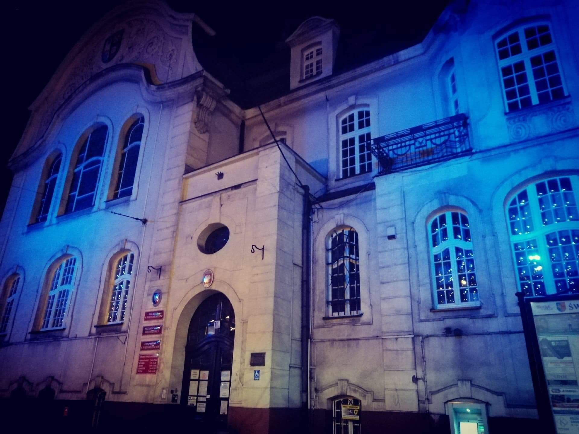 Urząd Miejski w Świętochłowicach w niebieskich barwach