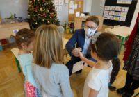 Przedszkolaki otrzymują prezenty