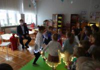 Przedszkolaki tańczą przed prezydentem