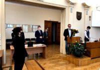 Przewodniczący Rady Miejskiej wręcza kwiaty byłej Dyrektor Muzeum Powstań Śląskich