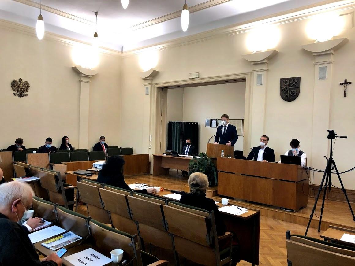Sala sesyjna z radnym. Prezydent Daniel Beger się wypowiada