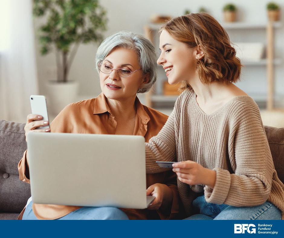 rodzina sprawdzająca stan konta w komputerze i telefonie