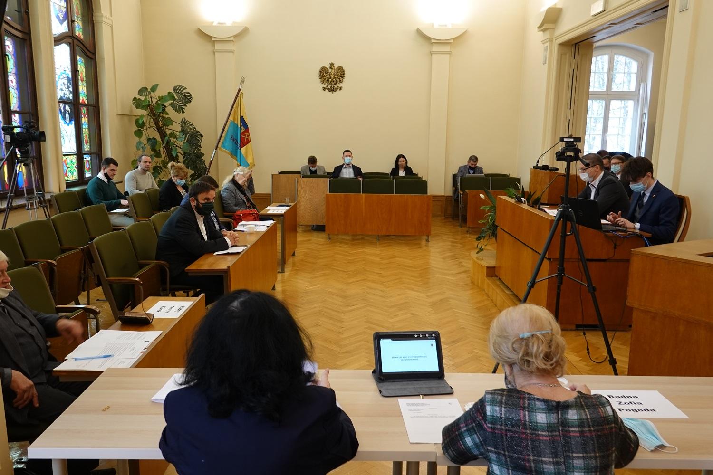 Radni Rady Miejskiej w Świętochłowicach podczas obrad