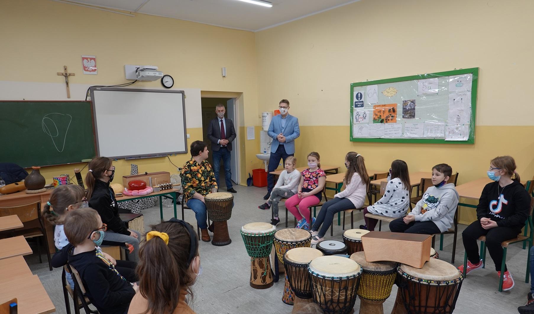 Prezydent Świętochłowic z wizytą na półkolonii w szkole podstawowej nr 2