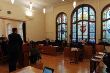 Radni w sali sesyjnej Urzędu Miejskiego w Świętochłowicach podczas podczas obrad
