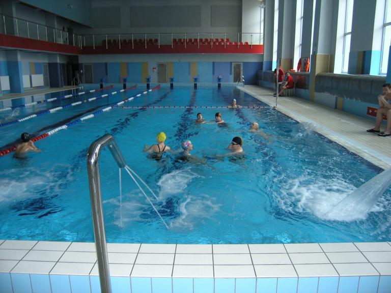 Basen w którym pływają osoby