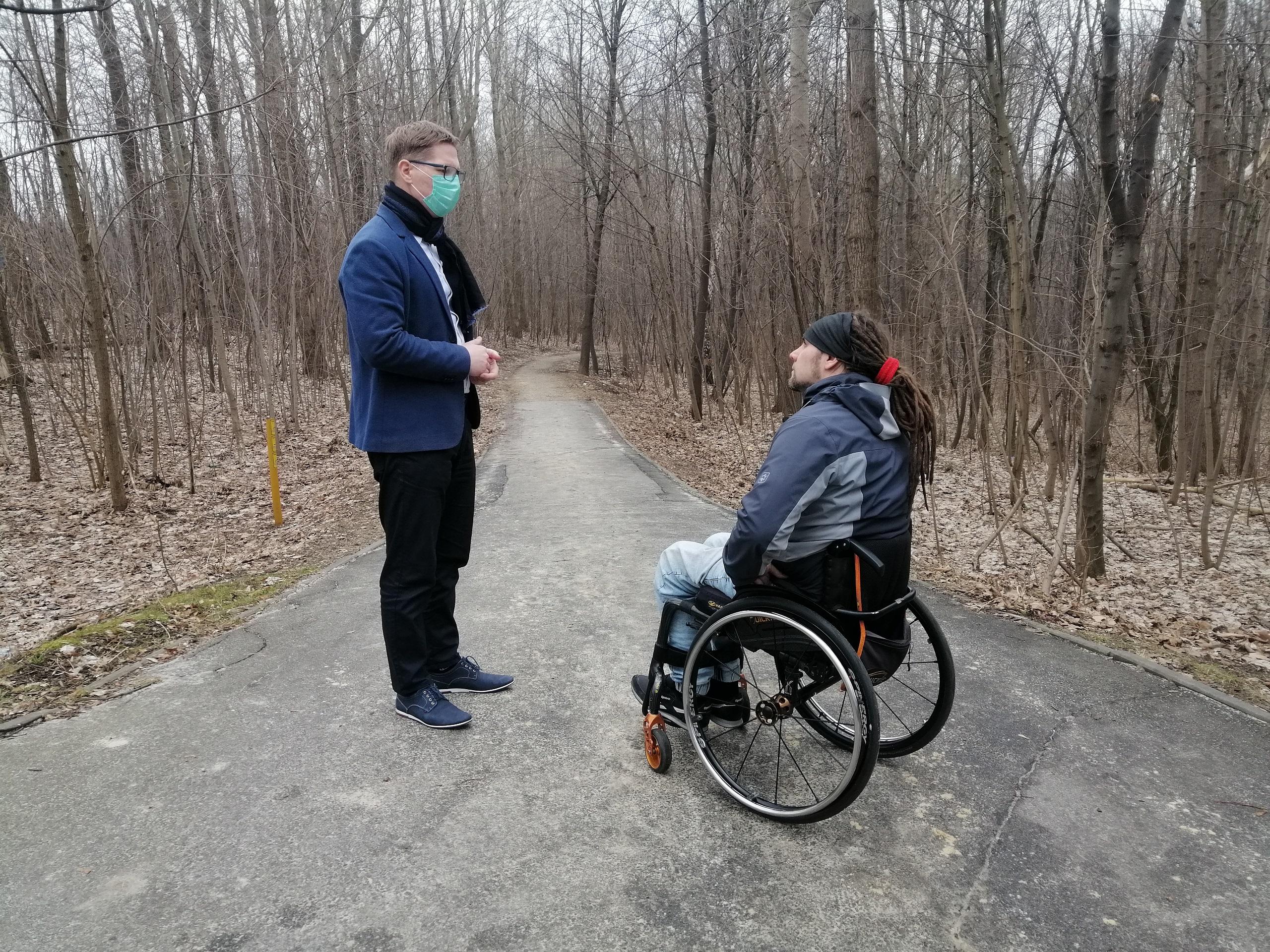 Prezydent Świętochłowic wraz z radnym oglądają teren zielony