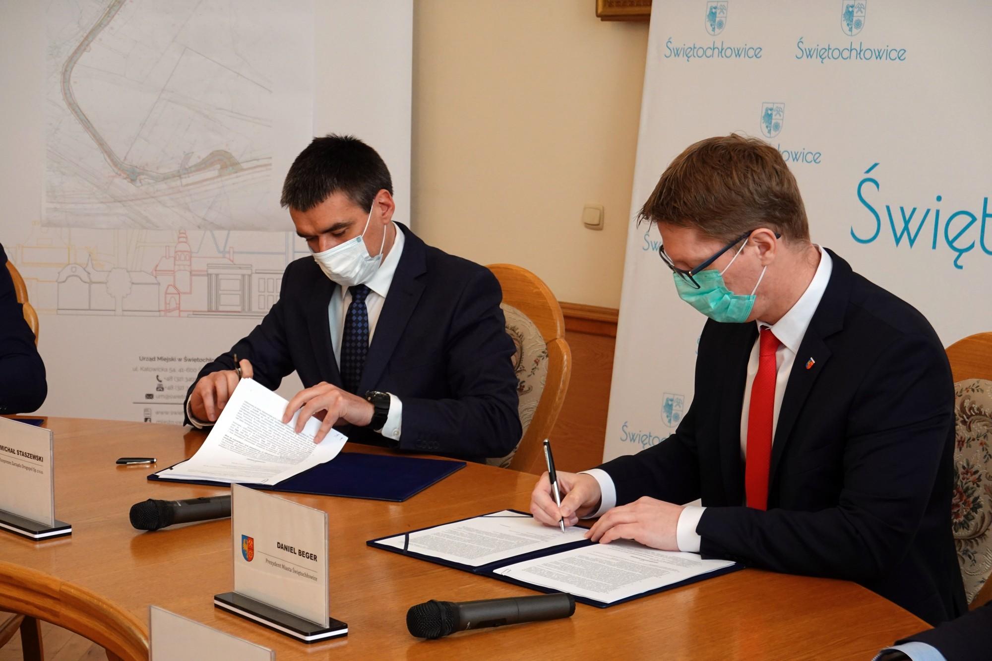 podpisanie umowy na remont ul. Przemysłowej