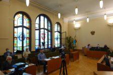 Radni podczas posiedzenia w sali sesyjnej