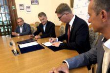 Podpisanie umowy na halę